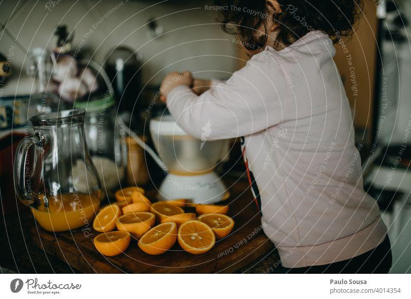 Kind macht Orangensaft zu Hause orange Frische frisch Vitamin Frucht Saft Vitamin C Gesundheit Zitrusfrüchte Ernährung Lebensmittel Gesunde Ernährung