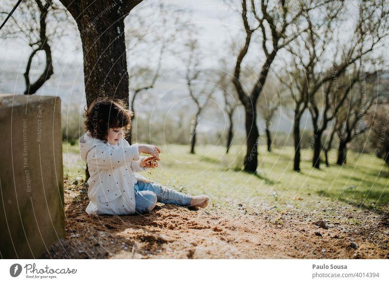 Nettes Mädchen spielt mit Sand Kind Kindheit 1-3 Jahre Kleinkind Mensch Kindheitserinnerung Spielen Lifestyle Kaukasier Glück Kinderspiel Tag mehrfarbig Freude