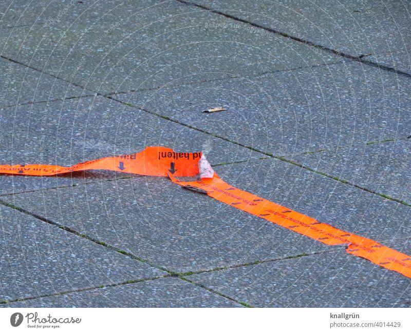 Rote Markierungslinie, die sich vom Boden ablöst Klebeband Linie Strukturen & Formen Farbfoto orange rot Signalfarbe Menschenleer Außenaufnahme Gehweg