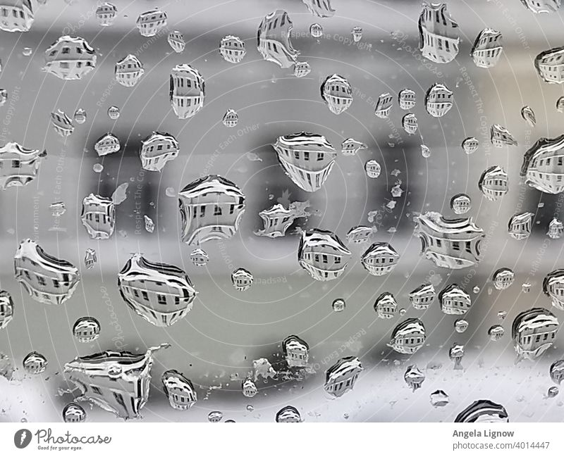 Regentropfen Tropfen am Fenster Spiegelung im Tropfen Wassertropfen Makroaufnahme Nahaufnahme nass feucht Reflexion & Spiegelung