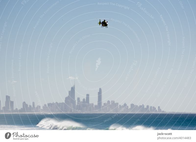 Hubschrauberflug zur Luftrettung über der Gold Coast Surfers Paradies Australien Panorama (Aussicht) Silhouette Hintergrund neutral Skyline Küste Pazifik Meer