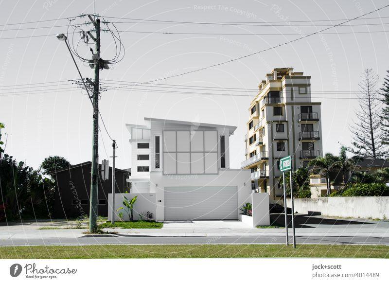 Luxuriöse Villa mit großer Garage Moderne Architektur Reichtum Straßenbeleuchtung Strommast Stromleitung Wohnhochhaus Fassade Wegweiser Gold Coast Australien