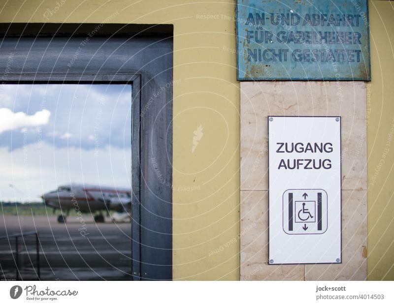 Zugang Aufzug vom Rollfeld Detailaufnahme Reflexion & Spiegelung Flugzeug Ferien & Urlaub & Reisen Himmel Wolken Taste Piktogramm Rollstuhl