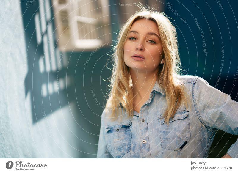 Porträt einer blonden Frau mit Jeanshemd, die auf der Straße steht. Mädchen Russisch blau Auge Mode im Freien Dame Frisur Person weiß hübsch Kaukasier lässig