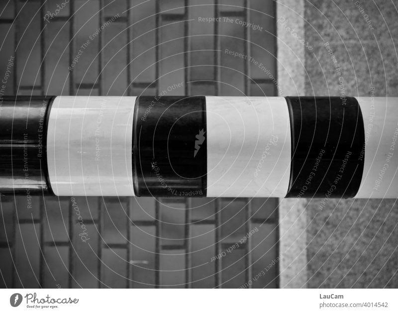Streifen vor einer Hauswand Ziegel Fassade Architektur Wand Gebäude Stadt Außenaufnahme Detailaufnahme Pfeiler Muster Rechtecke Beton Stein Stange abstrakt