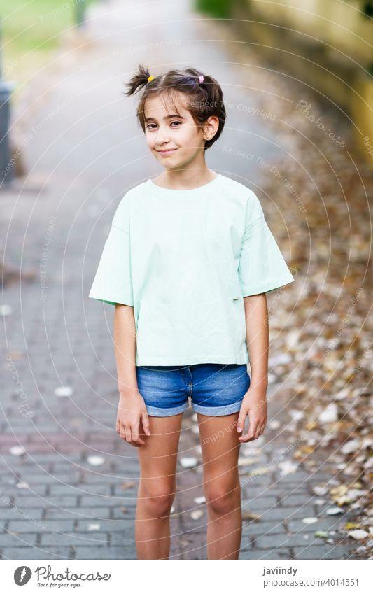 Neunjähriges Mädchen steht in einem Stadtpark Frau wenig Kind im Freien Attrappe niedlich Lifestyle lässig Kaukasier heiter Pflege Single Sitzen schön Freizeit