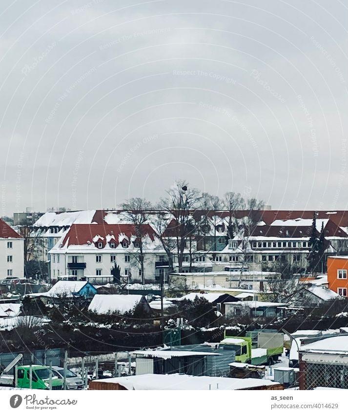 Dächer im Schnee Stadt orange grün blau weiß grau Strukturen & Formen Menschenleer Farbfoto Außenaufnahme Textfreiraum oben Haus Fenster Winter Winterwetter