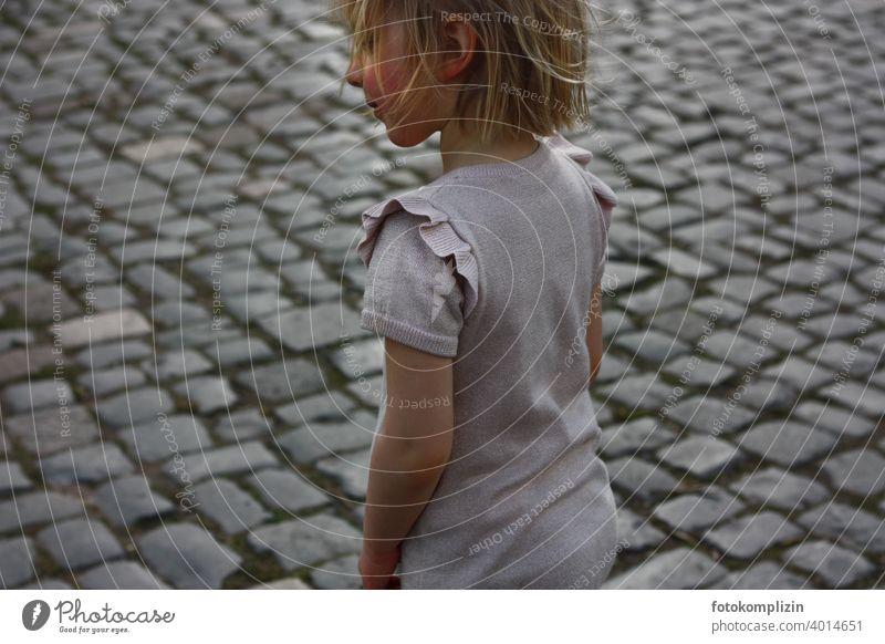Kind auf einem Pflasterstein-Weg Pflastersteine Mädchen Spielen Kindheit Porträt Außenaufnahme klein niedlich jung Kindererziehung kindlich Spielplatzverbot