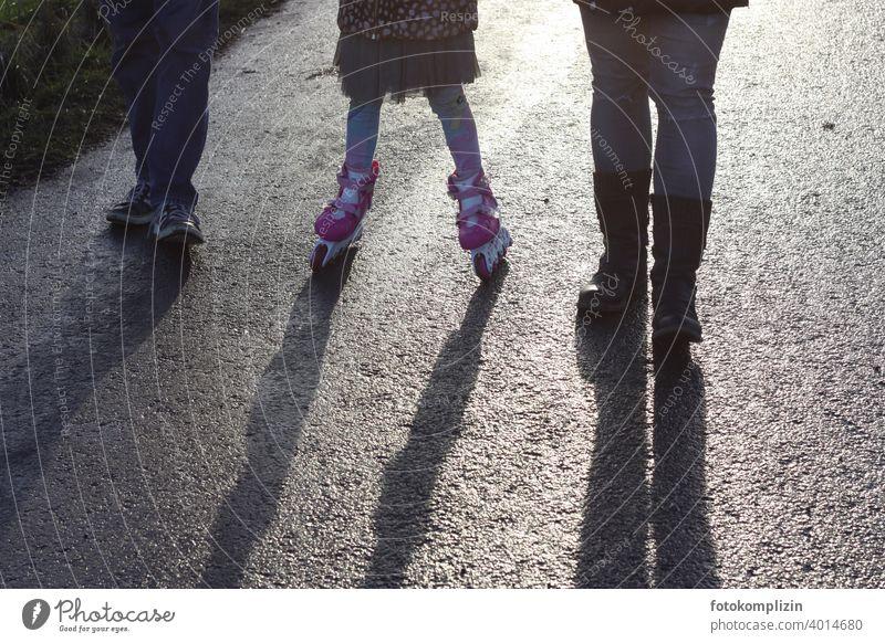 Vater - Kind - Mutter mit Bein und Schuh Familie Inline skates Familienausflug Kindheit Roller Skates Inline Skating Freizeit & Hobby inline Bewegung Schatten