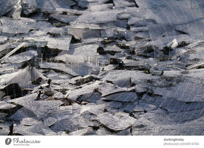 Eis Zeit aus zerbrochenen Platten mit Frost Kälte Schnee Raureif weiß frieren Natur gefroren Winter kalt Eiskristall Menschenleer Kristallstrukturen Farbfoto