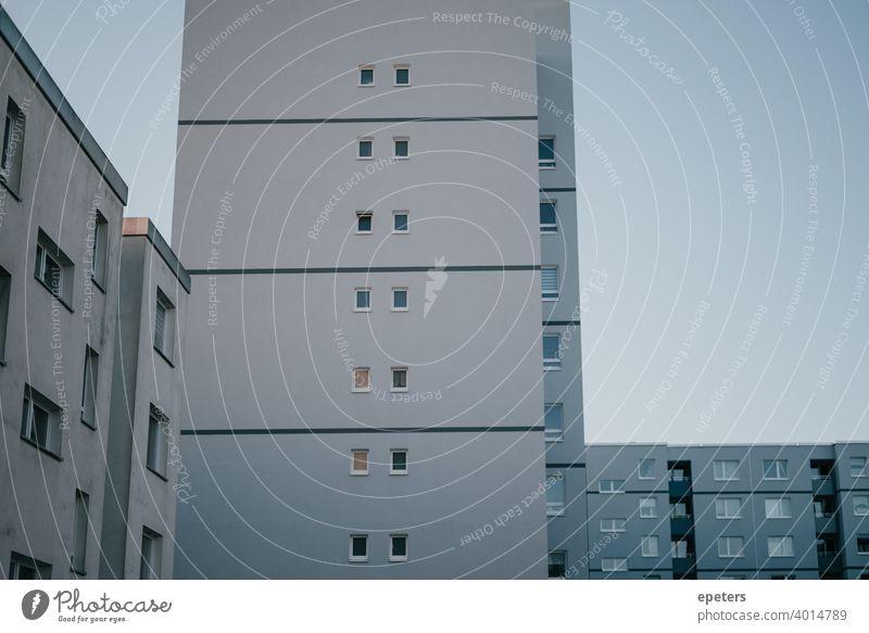 Grau blaue Hauswand eines Plattenbaus in Hamburg Steilshoop plattenbau Plattenbauweise grau ultimate grey ultimatives Grau schatten fenster hauswand Fassade