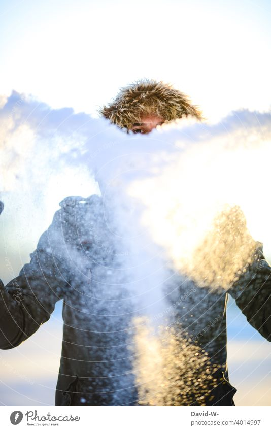 Winter und Schnee - Kind geblieben Kindheit Mann freude Spaß Euphorie Wintereinbruch Wintertag winterlich Wetter Winterstimmung