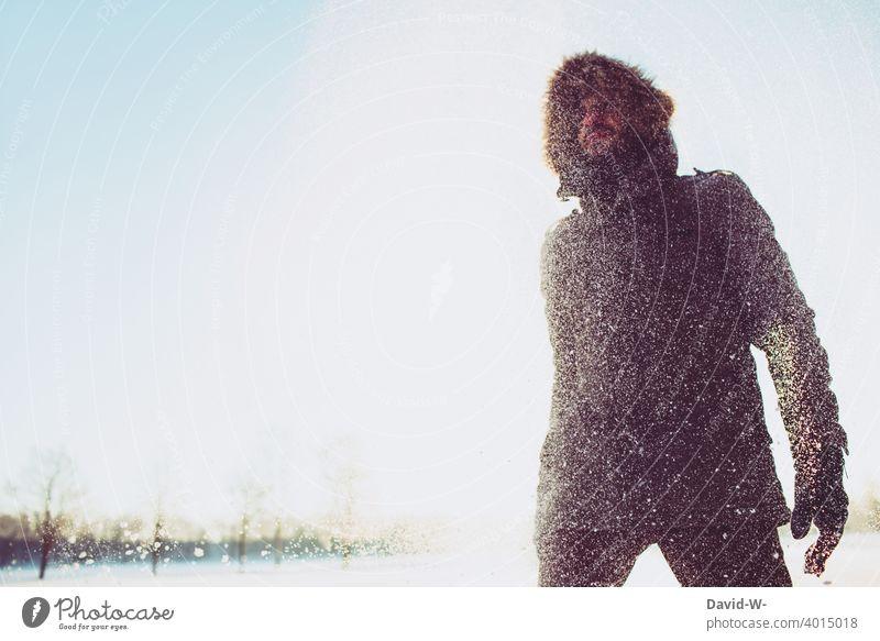 Winter 2021 - Mann im Schnee Schneefall Sonnenlicht winterlich Schneeflocken kalt Schneegestöber