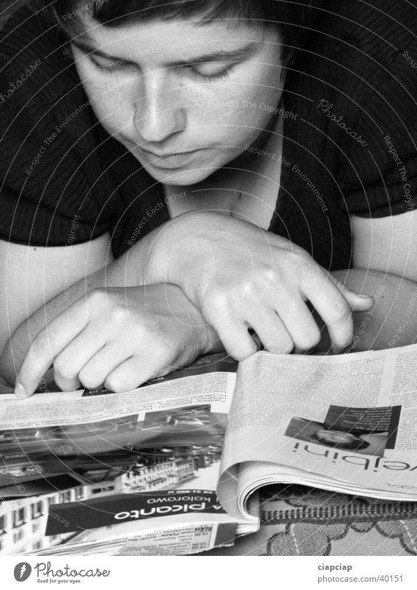 Zeitung lasen Buch Frau