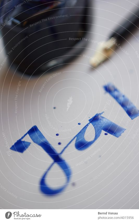 Ja! Flüssig. Kalligraphie Tinte schreiben Hochzeit Zusage positiv blau Tintenfaß Schreibfeder nass frisch vermählen Jasager Zustimmung Tropfen Papier