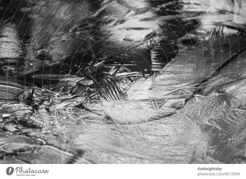 Eis Oberfläche mit kristallisiertem Wasser und Spiegelung des Lichts aus der natürlichen Umgebung. Platten Frost Kälte Schnee Raureif weiß frieren Natur