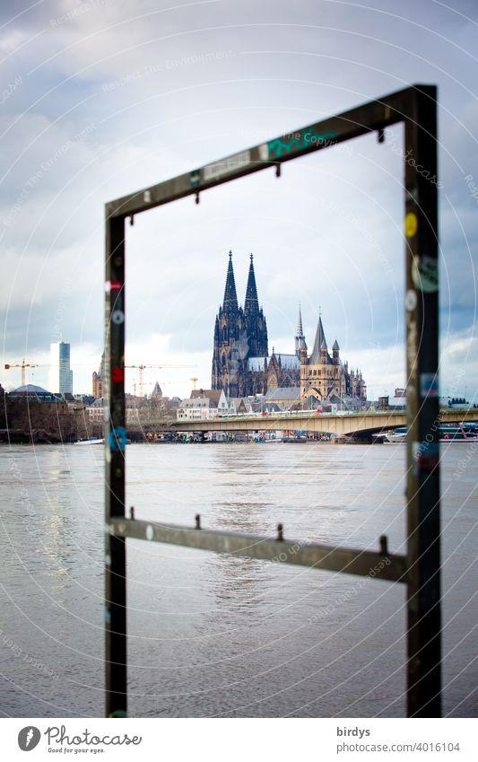 Eingerahmter Kölner Dom mit Rhein im Vordergrund Rahmen Sehenswürdigkeit Wahrzeichen Zentralperspektive Metallrahmen Domblick außergewöhnlich Abend Durchblick