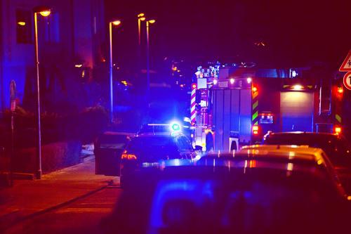 Nächtlicher Einsatz der Feuerwehr Feuerwehreinsatz blaulicht Alarm Feuerwehrauto Nacht Wohngebiet Lichter Einsatzfahrzeuge Rettung Straße Notfall retten