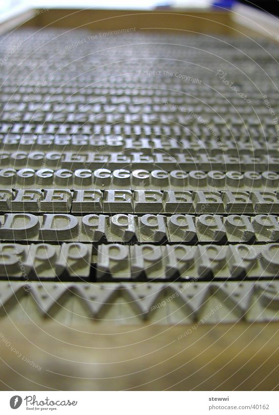 Letters Ordnung sitzen Buchstaben Medien Reihe Typographie Zeitung Handwerk gestalten Druckerzeugnisse Werkzeug Druckerei Buchdruck Großbuchstabe Setzkasten Blei