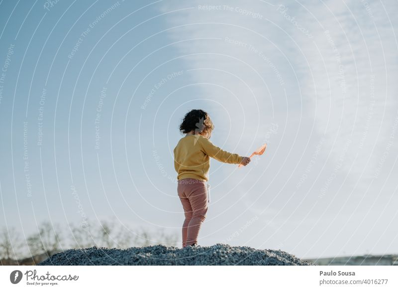 Kind spielt im Freien Rückansicht Kindheit Sonnenuntergang Himmel Textfreiraum Spielen Kindheitserinnerung Kleinkind Freude Tag Textfreiraum oben Mensch