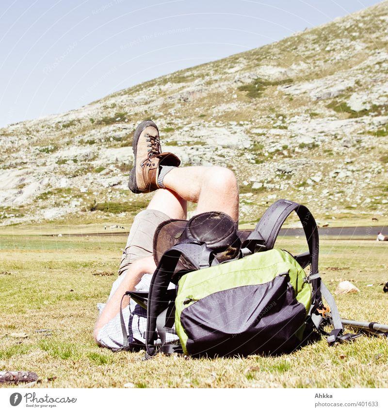 Pause, Mann ruht sich in Korsikas Bergen auf Rucksack aus Mensch Natur Ferien & Urlaub & Reisen Sommer Erholung Einsamkeit Landschaft ruhig Ferne
