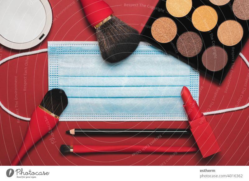 Flat lag der schützenden chirurgischen Maske mit weiblichen Kosmetika und Zubehör.Make Up Beauty Fashion Concept Coronavirus Frauenkosmetik