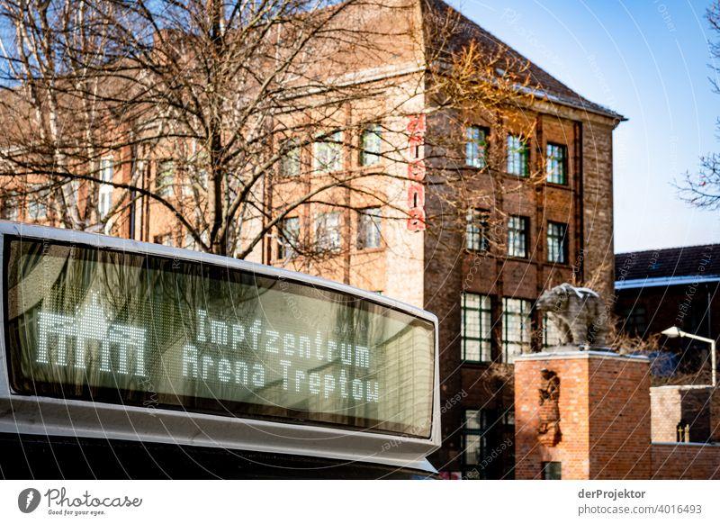 Bus am Impfzentrum Arena Treptow in Berlin ästhetisch Kontrastreich Schattenspiel Sonnenstrahlen Winterstimmung Kälte Schlagschatten Sonnenlicht trist immobilie