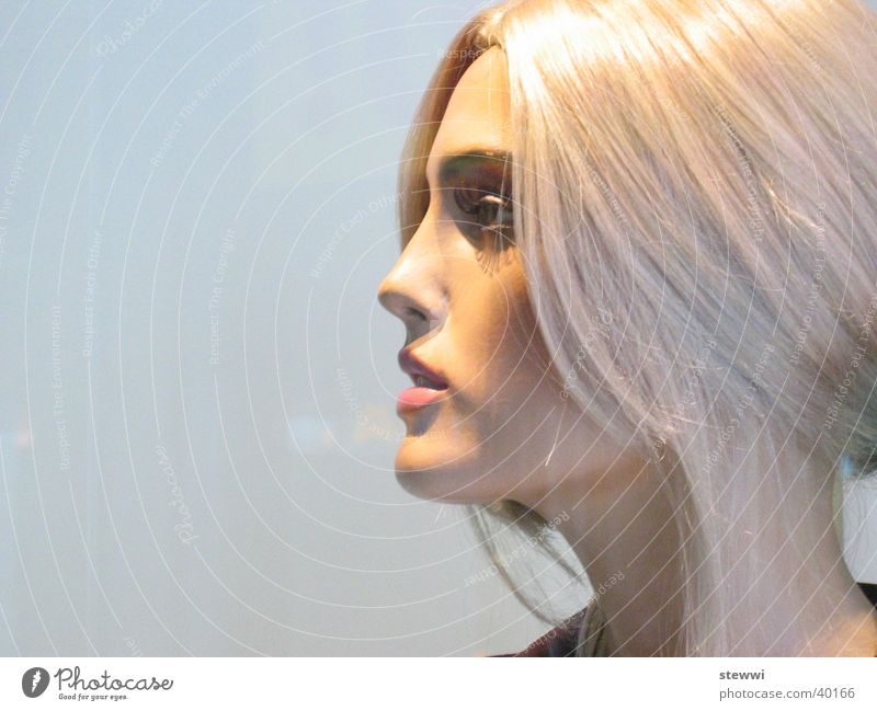 Schaufensterpuppe Frau schön Gesicht feminin Fenster blond Puppe falsch gestellt anziehen unnatürlich