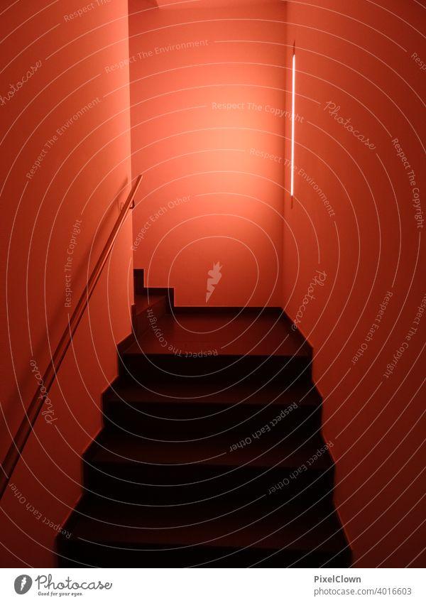 Gang zum Hotelzimmer Treppe Architektur Geländer Treppenhaus Licht Treppengeländer aufsteigen Treppenabsatz Menschenleer rot Beleuchtung