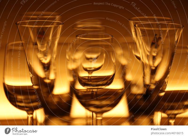 Wein und Sektgläser in einer beleuchteten Vitrine Gläser Glas Weinglas Gastronomie Alkohol Feste & Feiern Lifestyle Party Bar Veranstaltung Restaurant