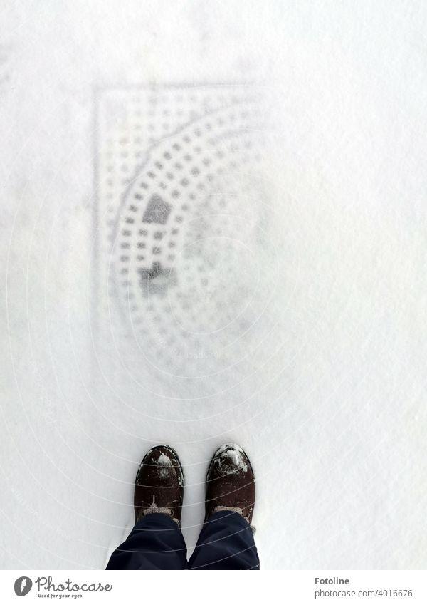 Fotoline bremste, als sie den schneebedeckten Gullideckel vor ihren Füßen sah. Das Muster zeichnete sich noch ab. Das fand sie toll. Schnee Winter kalt frostig