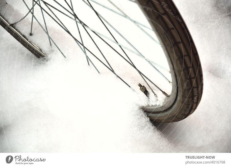 Jetzt aber schnell | ...ein Foto machen, bevor der frische Schnee wieder geschmolzen ist, der jetzt wie Zuckerwatte sich anschmiegt an das Detail eines Fahrrads mit Speichen, Felge, Ventil und Reifen