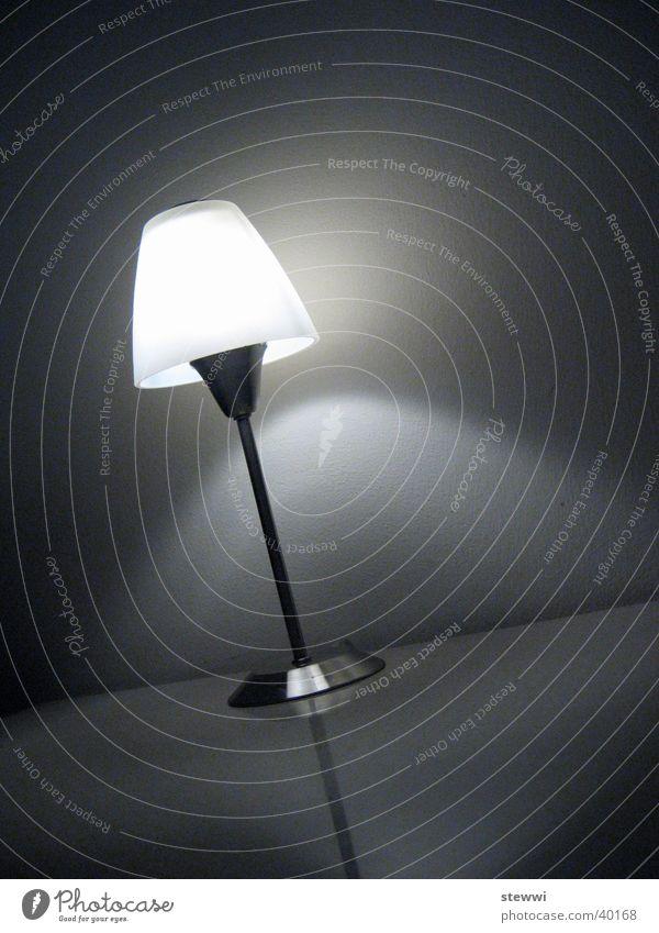 light Lampe Licht Tisch stehen Nacht Stehlampe Gute Nacht Nachttisch gemütlich Design dunkel Erkenntnis erleuchten Häusliches Leben Schwarzweißfoto Idee