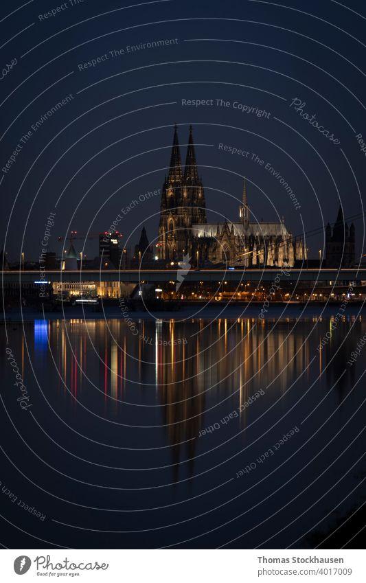 Kölner Dom bei Nacht, iluminiert, Spiegelung im Rhein architektonisch Architektur Anziehungskraft Barock blau Gebäude Kathedrale katholisch Katholizismus