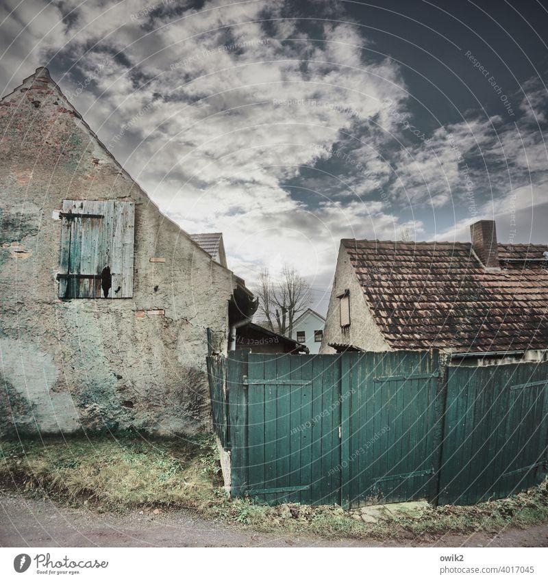 Ausgang offen trashig heruntergekommen kaputt trist Dach Schornstein abblättern Wandel & Veränderung Strukturen & Formen Spuren abrissreif unbewohnbar Riss