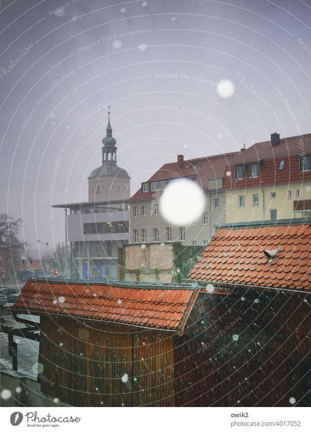 Einsame Flocken Stadtzentrum Haus Wetter Winter Schneefall Schönes Wetter Himmel dunkel kalt glänzend Außenaufnahme Detailaufnahme Gedeckte Farben Farbfoto
