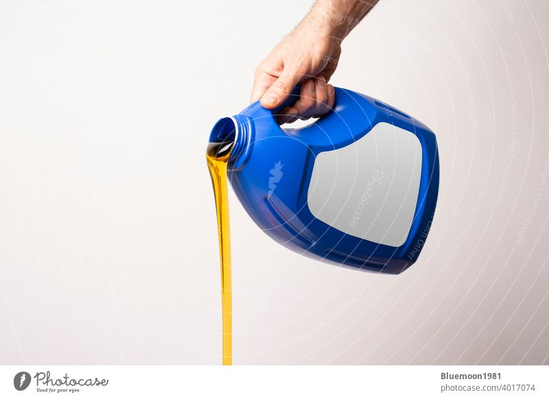Gießen Waschmittel Flüssigkeit vor hellgrauem Hintergrund Attrappe editierbar Wandel & Veränderung Flasche blanko kennzeichnen Stehen Marke eingießen Container