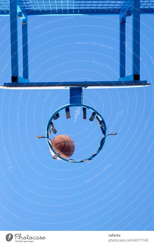 Der Basketball trifft das Netz, das Ziel ist erreicht. Ansicht aus niedrigem Winkel niemand Reifen Tor punkten Ball Korb Sport Gericht Gerät erfolgreich sein