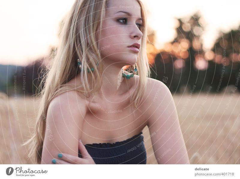 summertime sadness feminin Junge Frau Jugendliche 18-30 Jahre Erwachsene Natur Himmel Sonnenaufgang Sonnenuntergang Sommer Baum Feld Ohrringe blond langhaarig