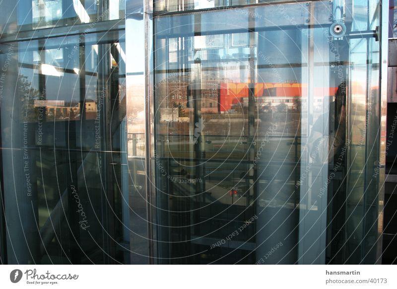Rückblick Reflexion & Spiegelung Gebäude Architektur Glas Kontrast Farbe Lagerhalle