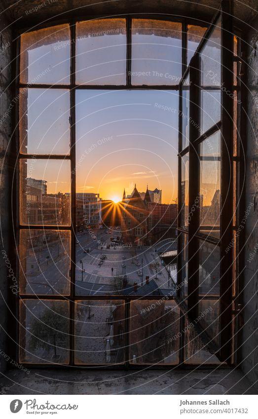 Das Fenster zur Stimmung Hamburg Speicherstadt Sonnenuntergang Stimmungsvoll Elbphilharmonie Sehenswürdigkeit Architektur Hafenstadt Licht Alte Speicherstadt