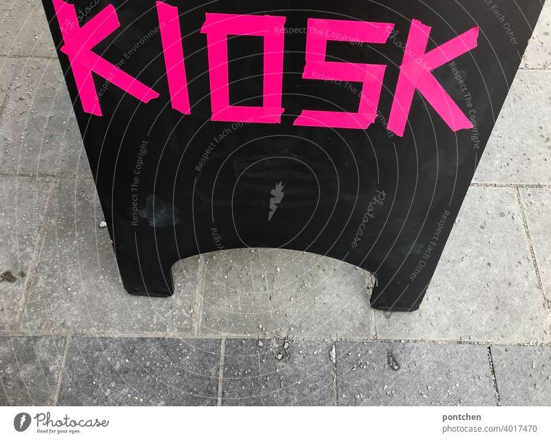 Kiosk steht in neonfarben, Pink, auf einem Schild vor einem Laden. aufsteller schild Neon pink buchstaben verkauf Verkaufen werbung Schriftzeichen