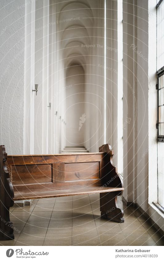 Kirchenbank im Kirchengang flucht empore kirchenbank Religion & Glaube Gotteshäuser Menschenleer