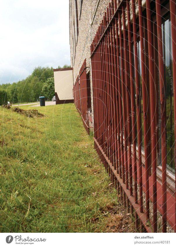 Bildungsgefängnis Sommer Architektur Schule Schulgebäude Bildung Gitter