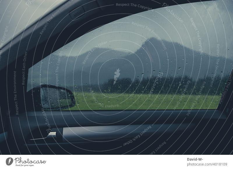 Regenwetter - Blick aus dem Auto auf die Berge - Regentropfen auf der Scheibe ungemütlich Regentag Unwetter Schutz nass schlechtes Wetter Fensterscheibe Alpen