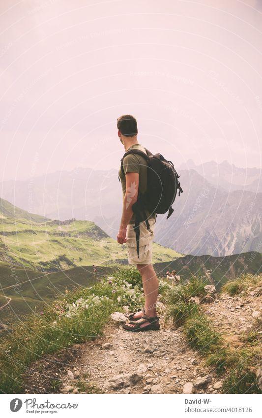 Wanderung durch die Berge - Mann genießt die Aussicht auf das wunderbare Panorama Urlaub Wanderer wandern Berge u. Gebirge Wege & Pfade Alpenpanorama