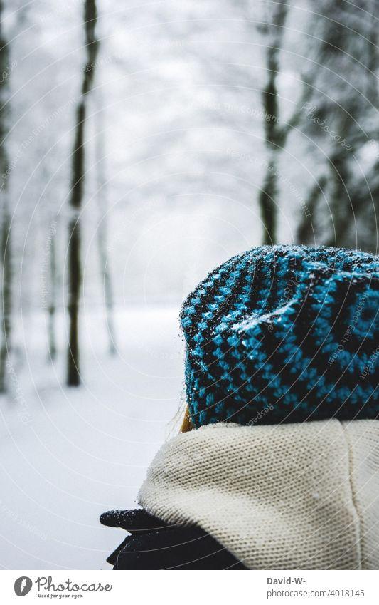 Frau mit Mütze in einer Schneelandschaft Wintertag winterlich weiß kühl kalt eisig Winterstimmung Wintereinbruch Rückansicht anonym