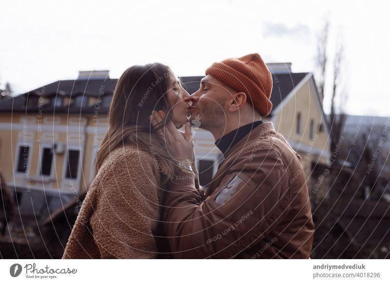 in der Liebe stilvolle junge Paar küssen in der Stadt. Mode im Freien sinnliche romantische Porträt der schönen jungen Paar Umarmungen und küssen auf die Stadt. selektiven Fokus