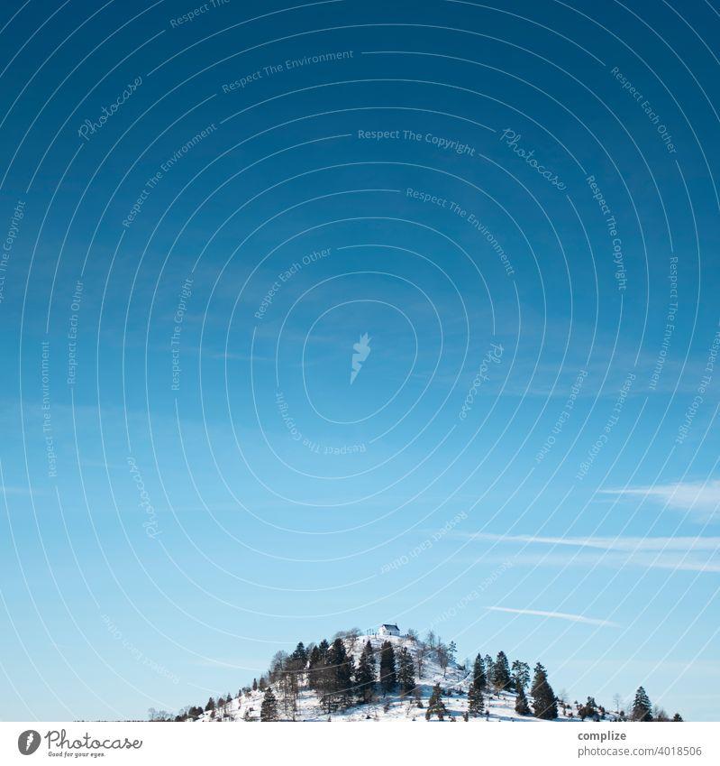 kleiner Hügel mit Schnee und Kapelle Kreuz Glaube salmendingen Kirche salmendinger kapelle Berge u. Gebirge Wald Winter Pulverschnee Schwäbische Alb Skifahren
