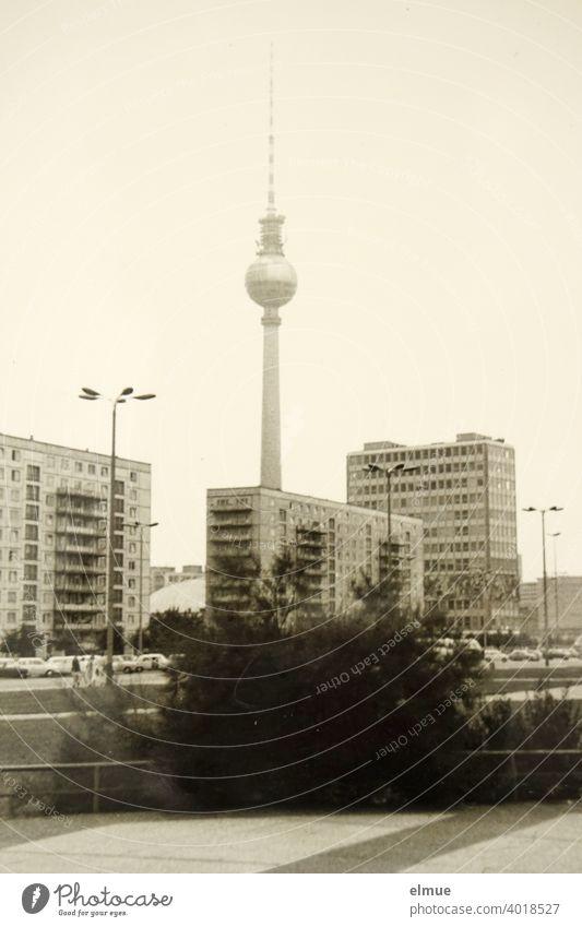 Repro eines alten Schwarz-Weiß-Fotos aus den 1970er Jahren zeigt den Berliner Fernsehturm, das Haus des Lehrers und Neubauten / analoge Fotografie Berlin Mitte
